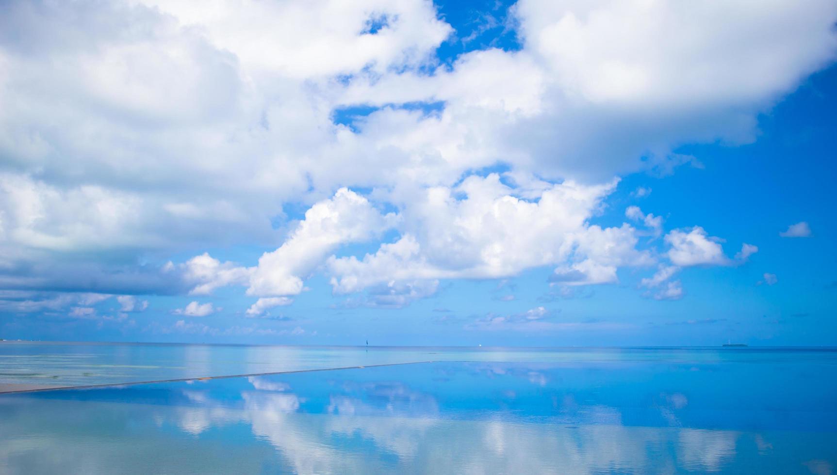 nubes sobre el océano foto