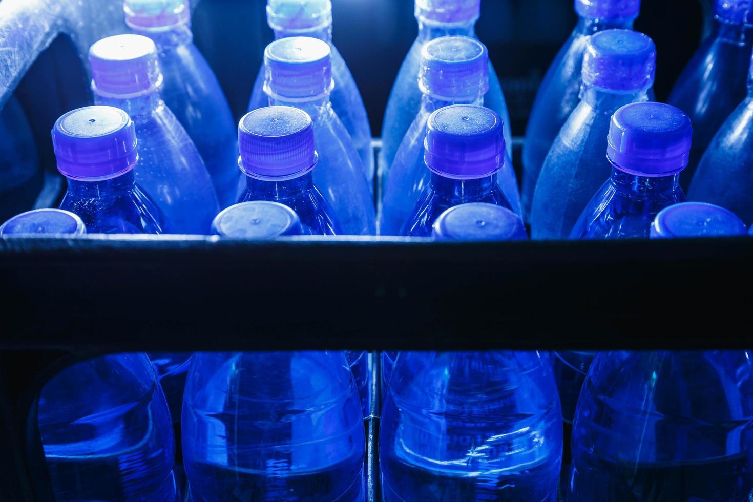 Botellas de agua potable en la planta de producción de agua. foto