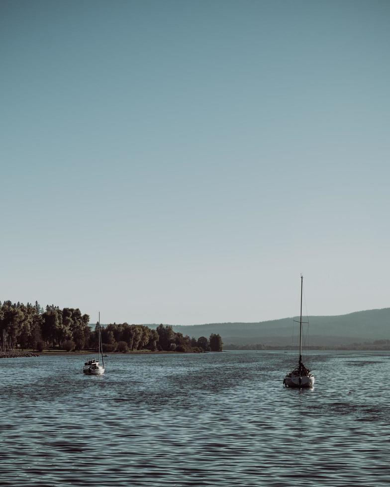dos barcos en el mar durante el día. foto