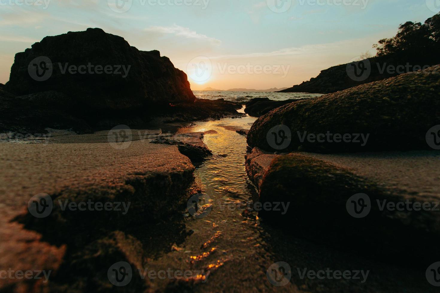 el agua atravesando el sendero en la arena foto