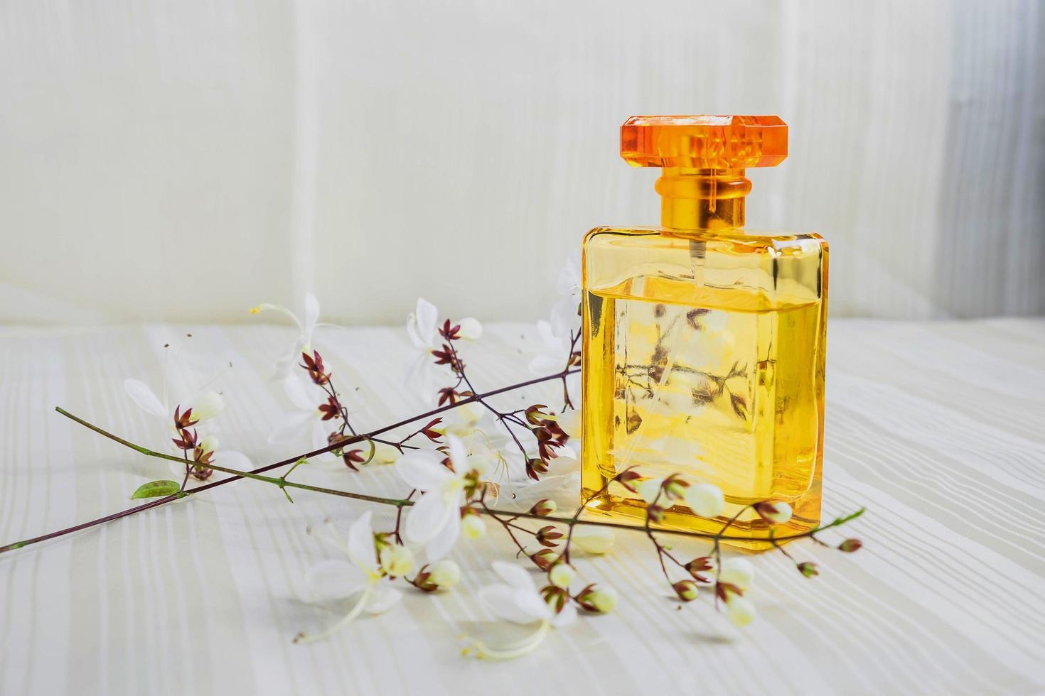 frasco de perfume y flores foto
