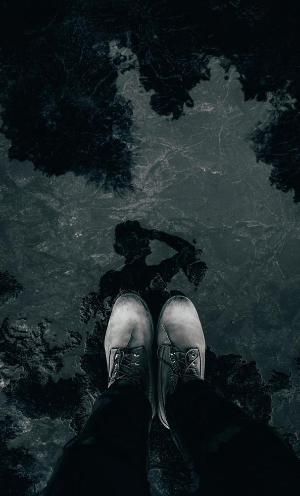 persona con zapatos grises foto