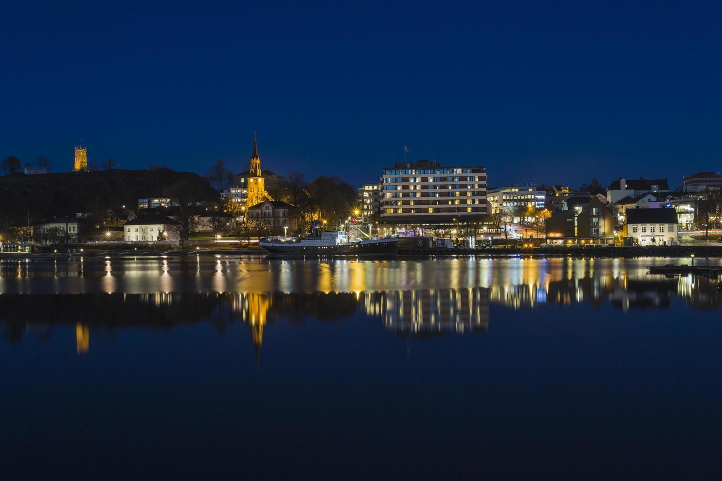horizonte de la ciudad frente al mar en la noche foto