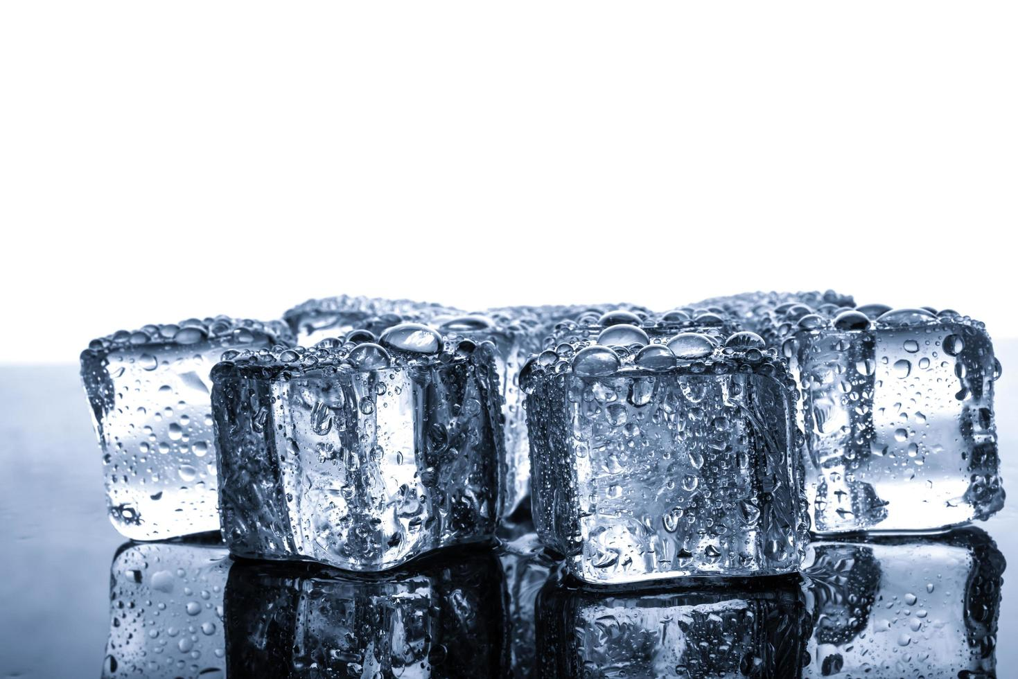 cubitos de hielo con gotas de agua foto