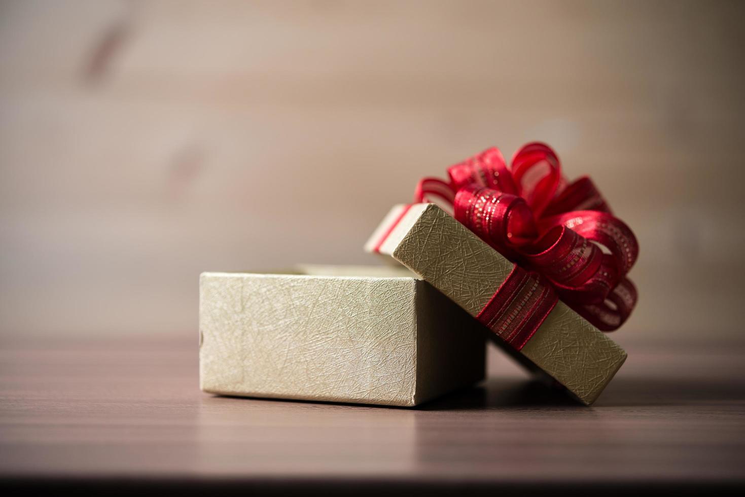 pequeña caja de regalo sobre fondo de madera foto
