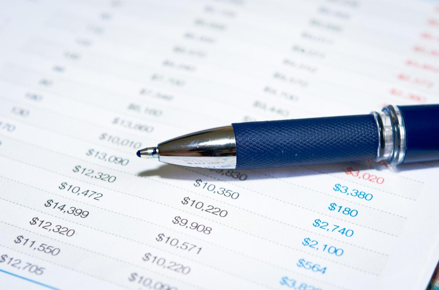 primer plano, de, un, pluma azul, y, finanzas foto