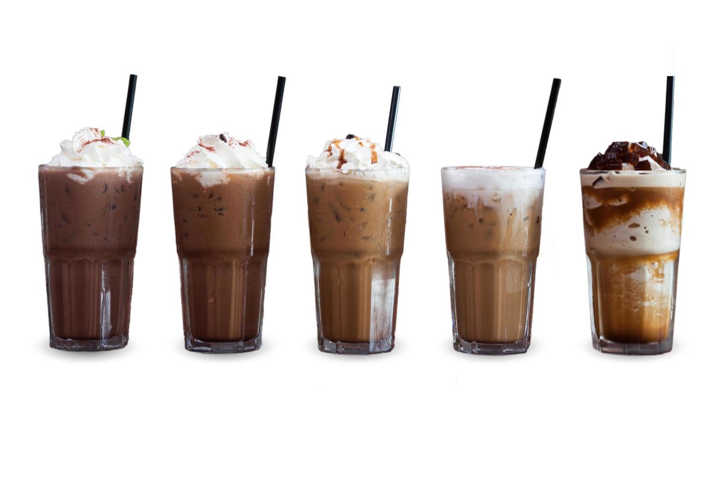 Cinco tipos diferentes de café helado sobre un fondo blanco. foto