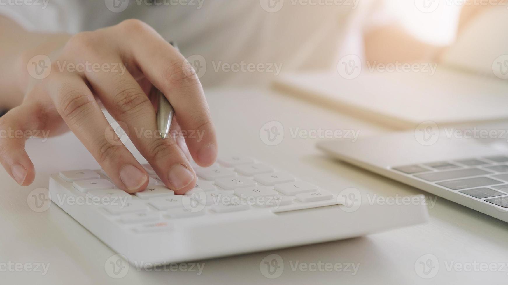 mujer de negocios, utilizar, un, calculadora, y, computador portatil foto