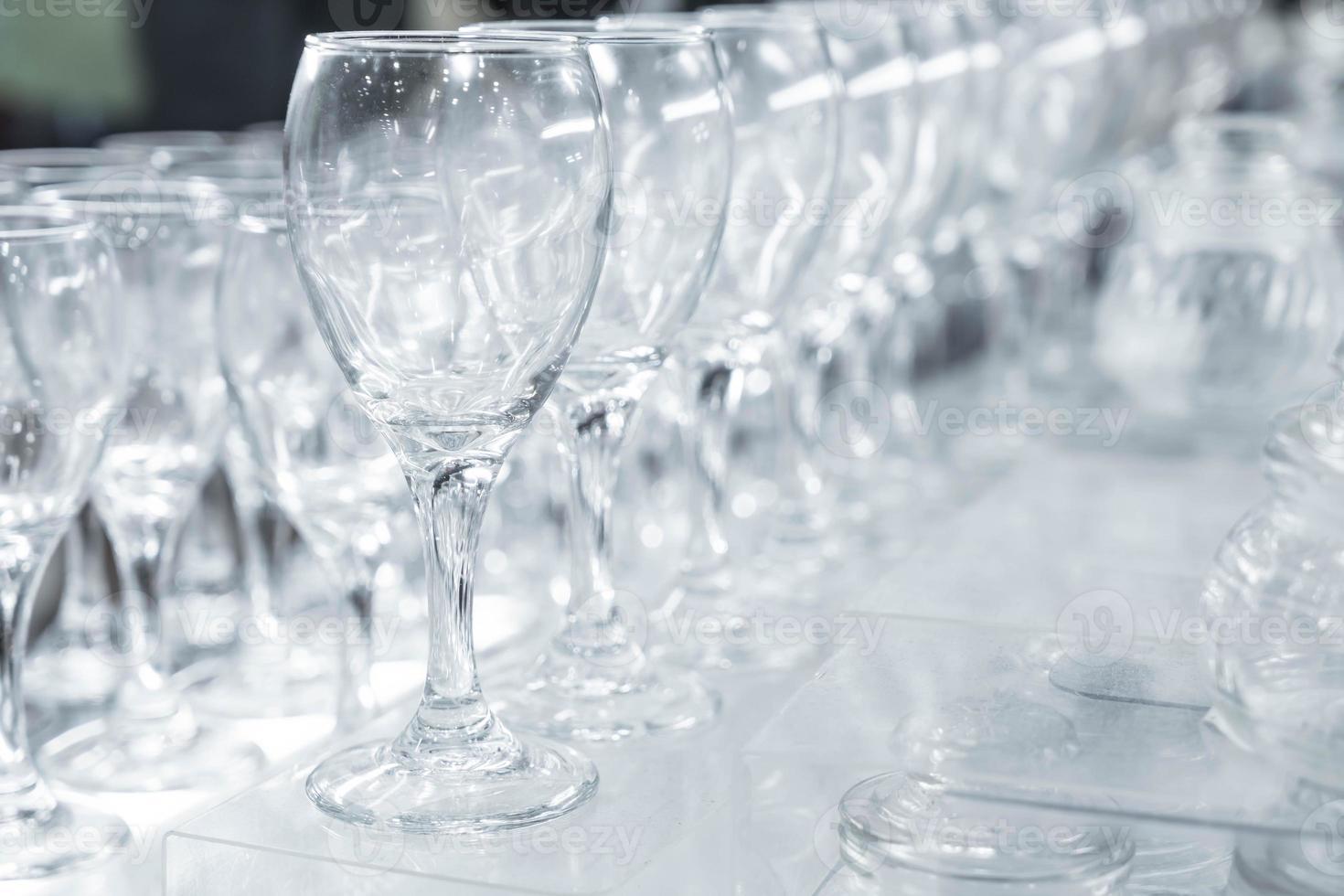 copas de vino vacías en una línea foto
