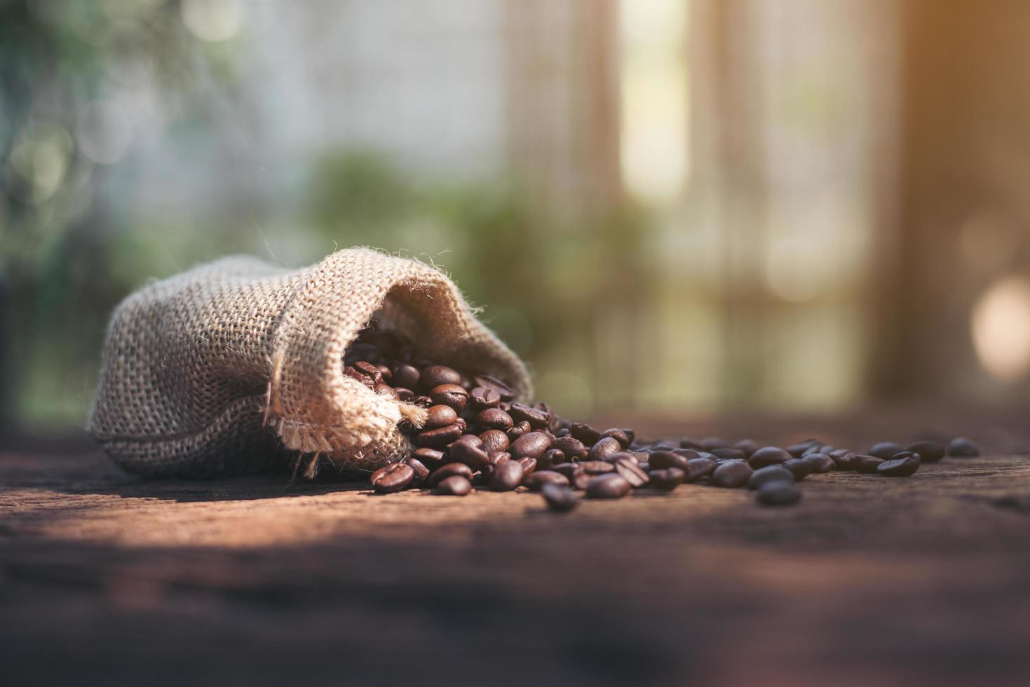 granos de café en una bolsa de arpillera foto