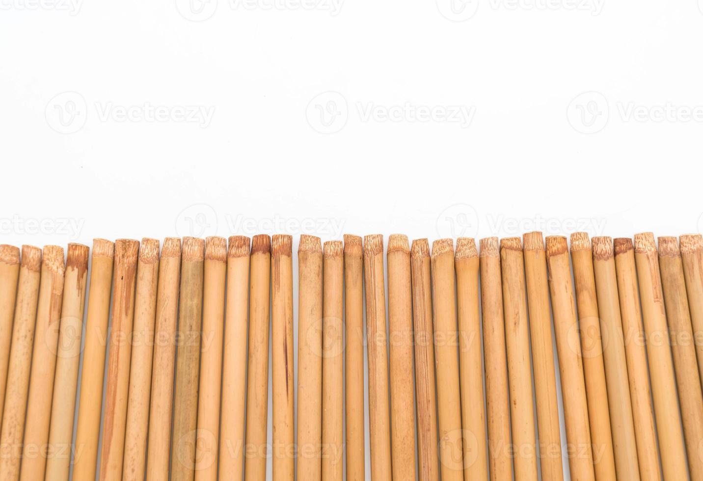 Palillos de bambú sobre fondo blanco. foto