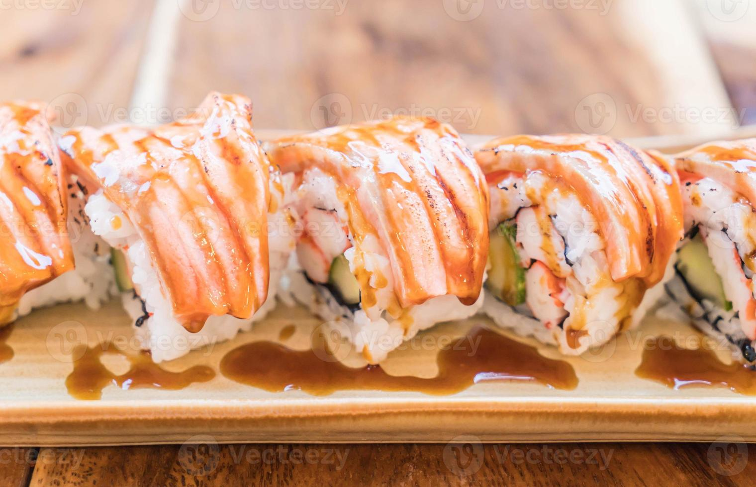 maki de salmón con salsa teriyaki foto