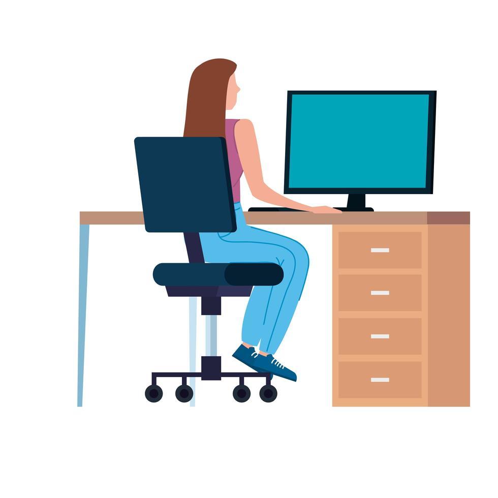 mujer trabajando en la computadora en el lugar de trabajo vector