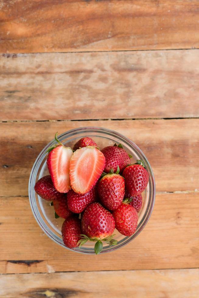 fruta fresca sobre fondo de madera foto