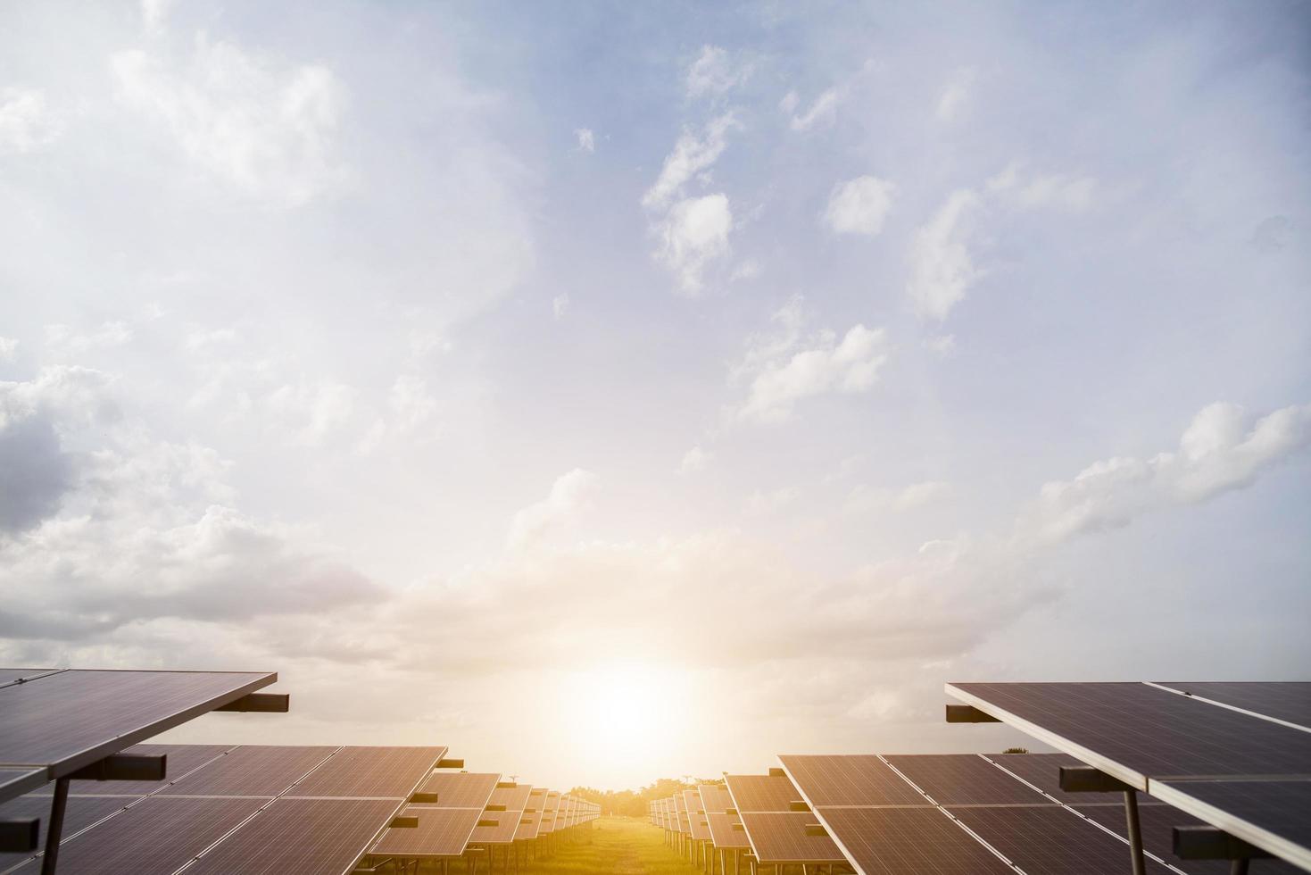 célula solar en el fondo del sol brillante foto