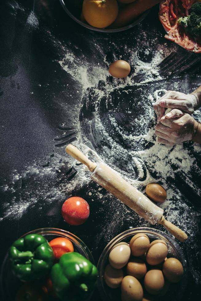 Lay Flat de hornear pizza con ingredientes foto