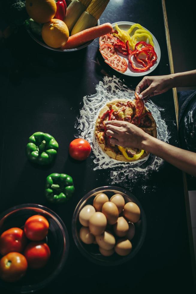 Vista superior de la mujer haciendo pizza casera foto