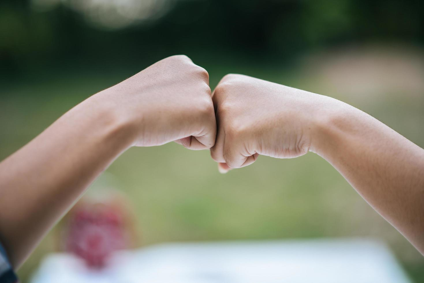 primer plano, de, estudiantes, dar, puño, golpe foto