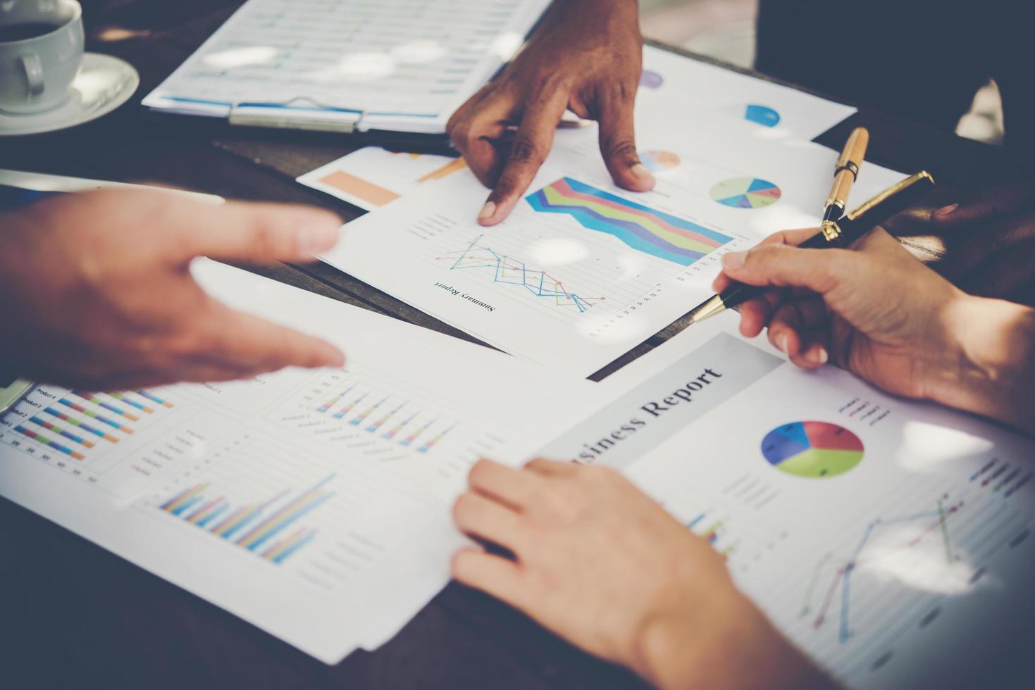 grupo de empresarios analizar gráficos en reunión foto