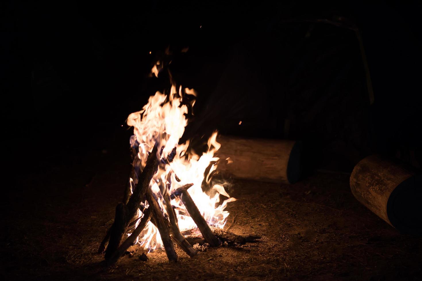 fuego de campamento en la noche oscura foto