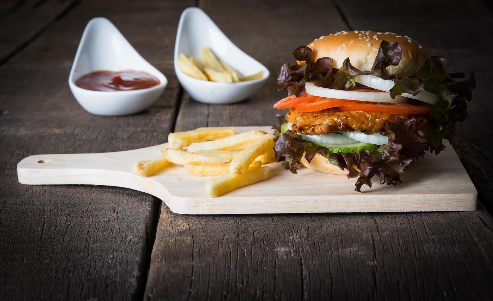 rústica hamburguesa casera y papas fritas con salsa de tomate foto