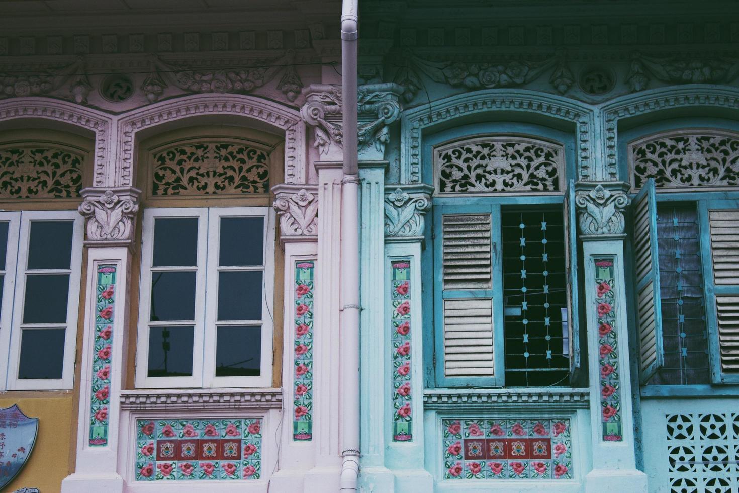 casa de madera rosa y verde foto