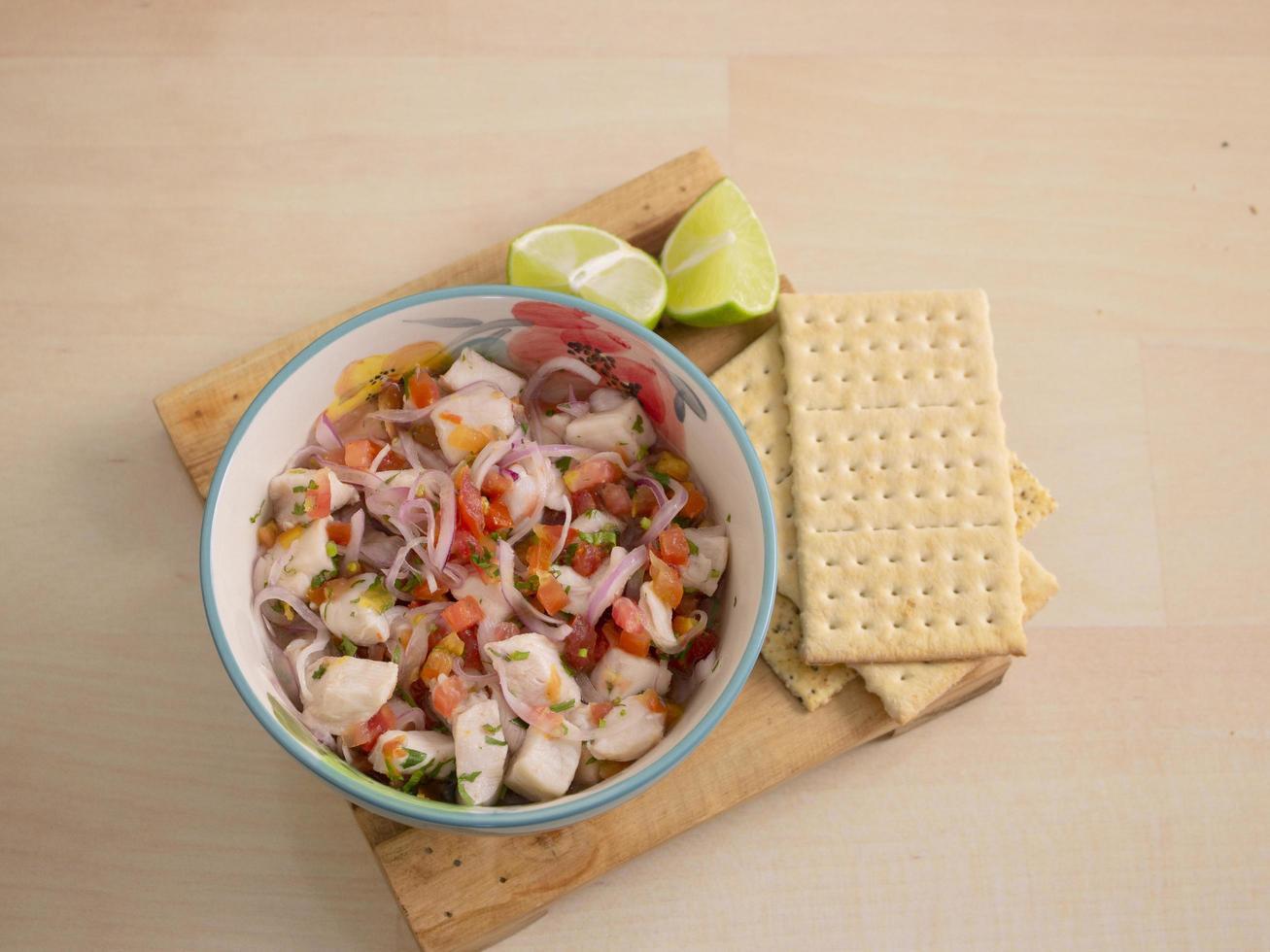 ceviche clásico de pescado con lima foto