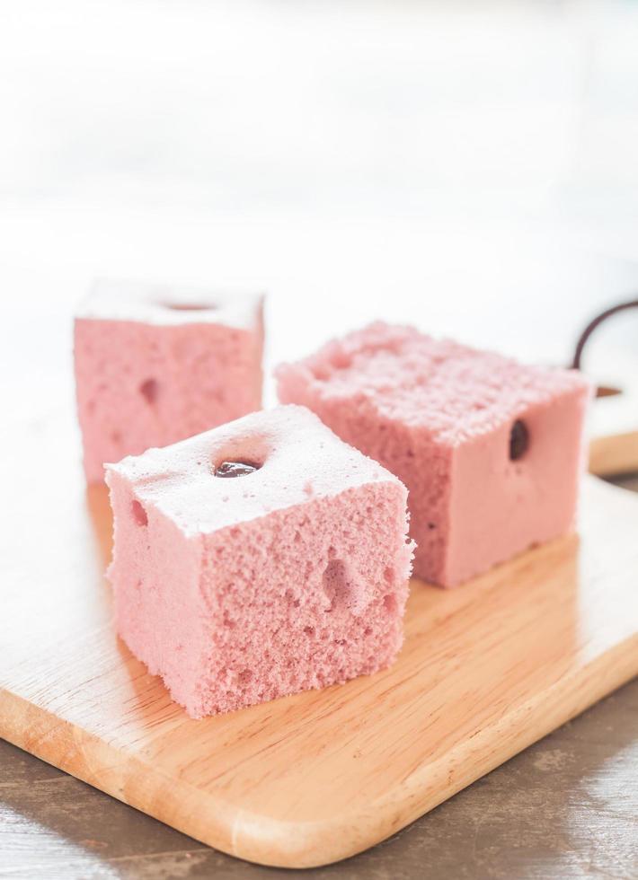 cubos de pastel en una bandeja de madera foto
