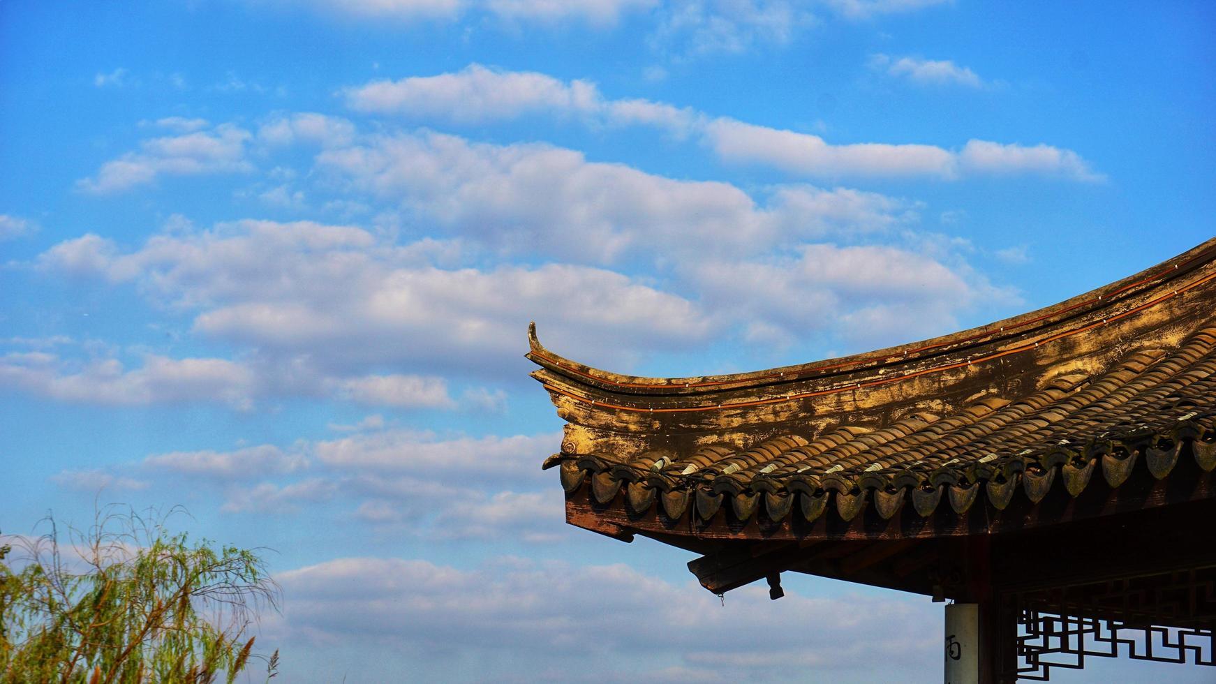 ciudad de changshu, provincia de jiangsu. 25 de octubre de 2020 - cielo azul y aleros foto