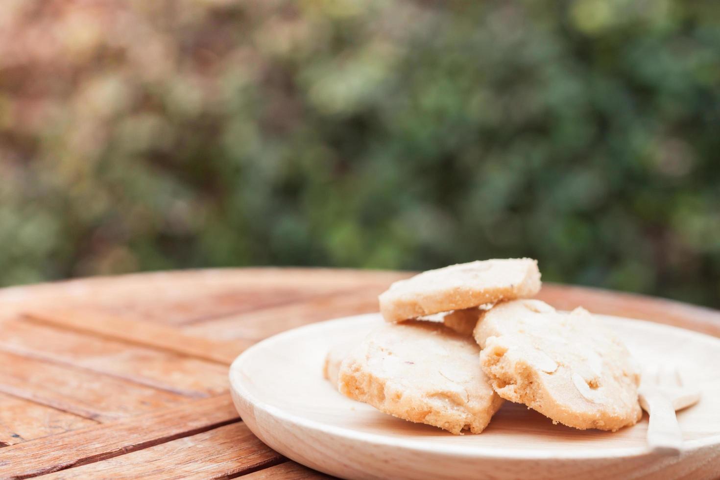 Galletas en placa de madera sobre una mesa al aire libre foto