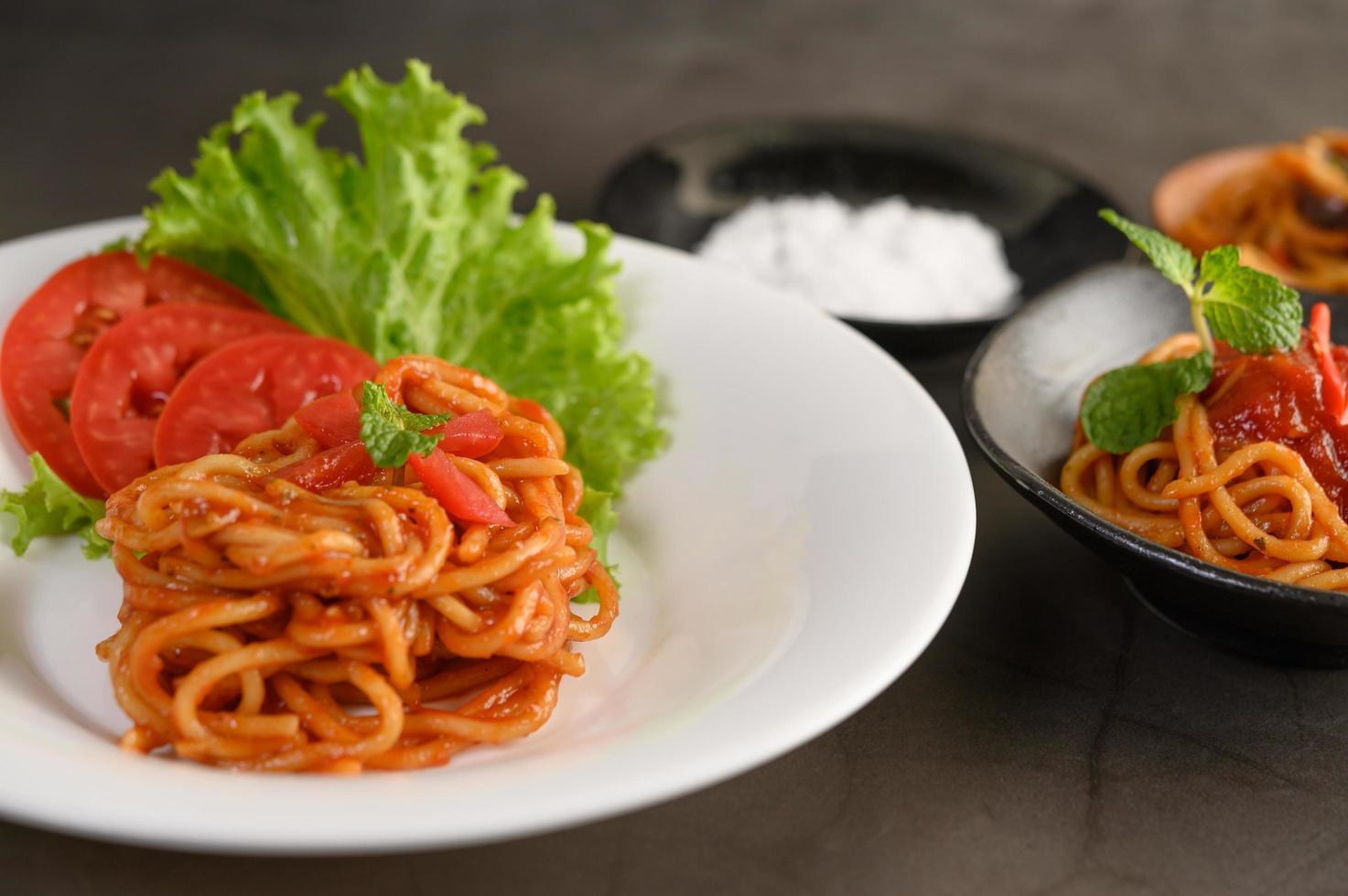 pasta italiana de espagueti con salsa de tomate foto