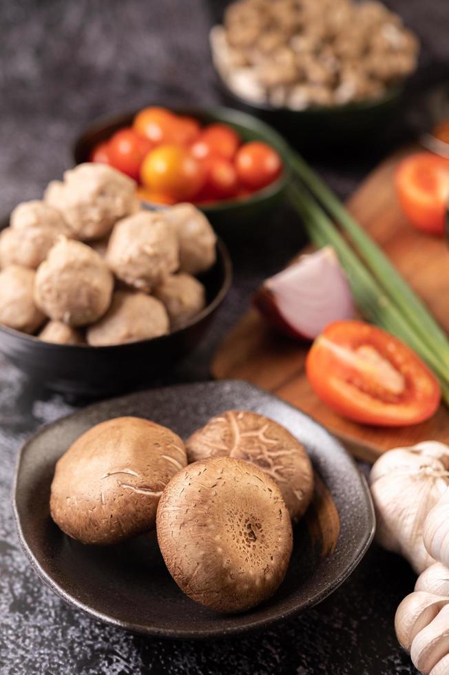 hongos shiitake con ajo, tomate, pimiento y cebolla foto