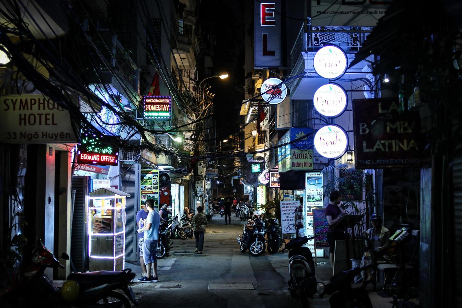 hanoi, vietnam, 2020 - tiendas de noche foto