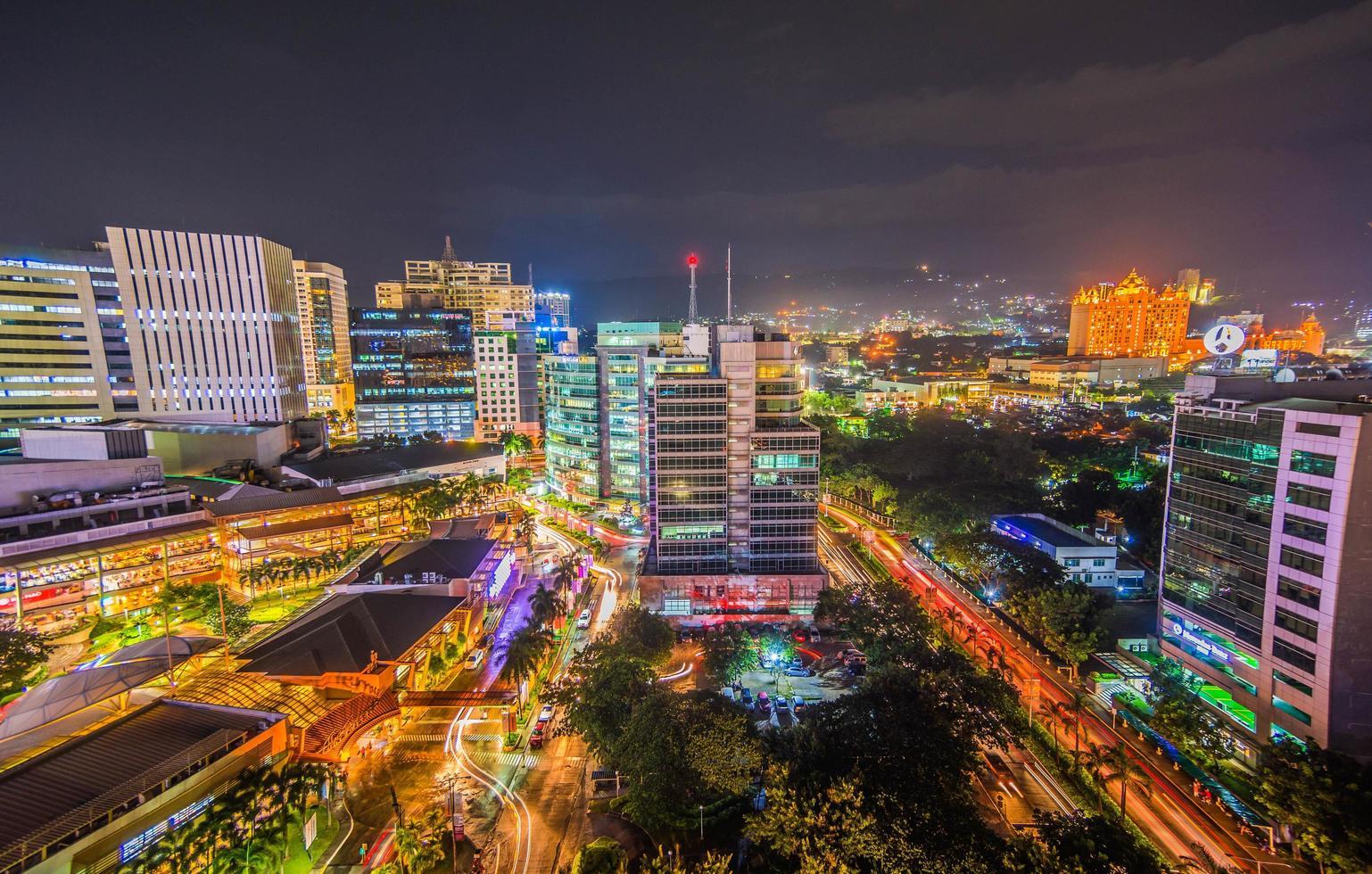 Foto de larga exposición de una ciudad urbana con luces.