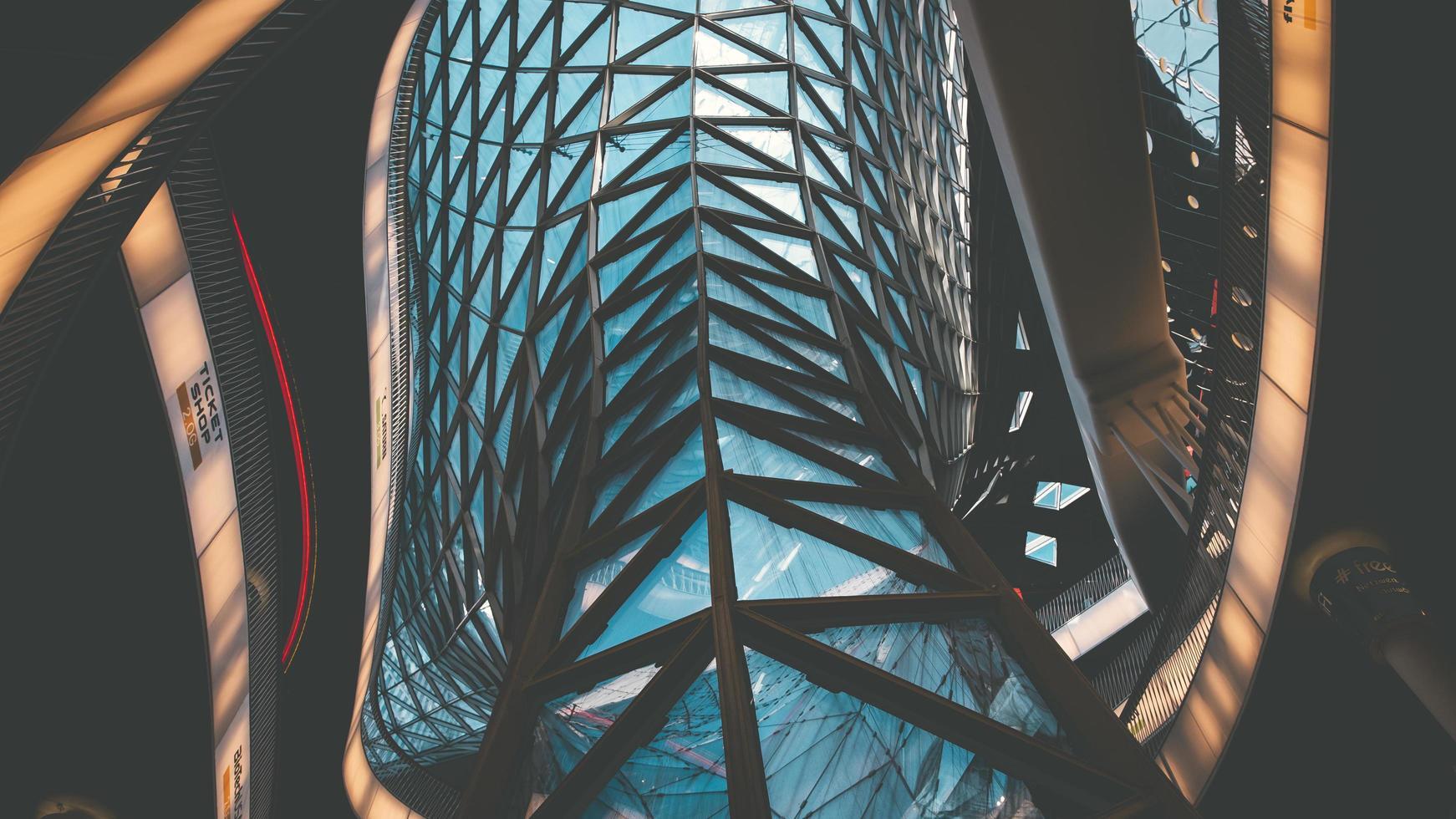 Frankfurt, Alemania, 2020 - mirando hacia un techo de cristal moderno foto