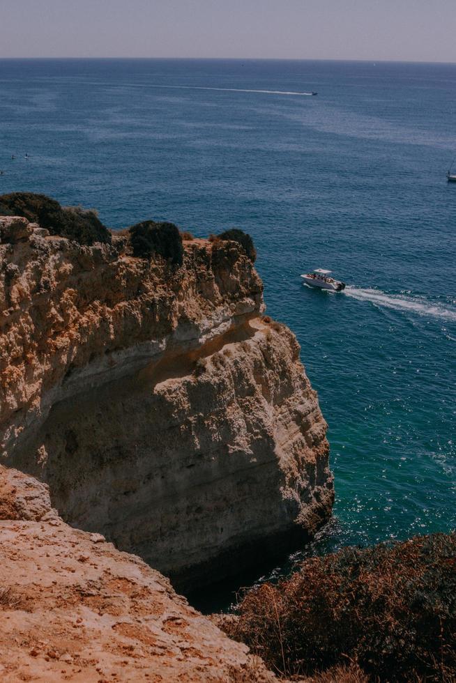 barco de crucero cerca de un acantilado foto