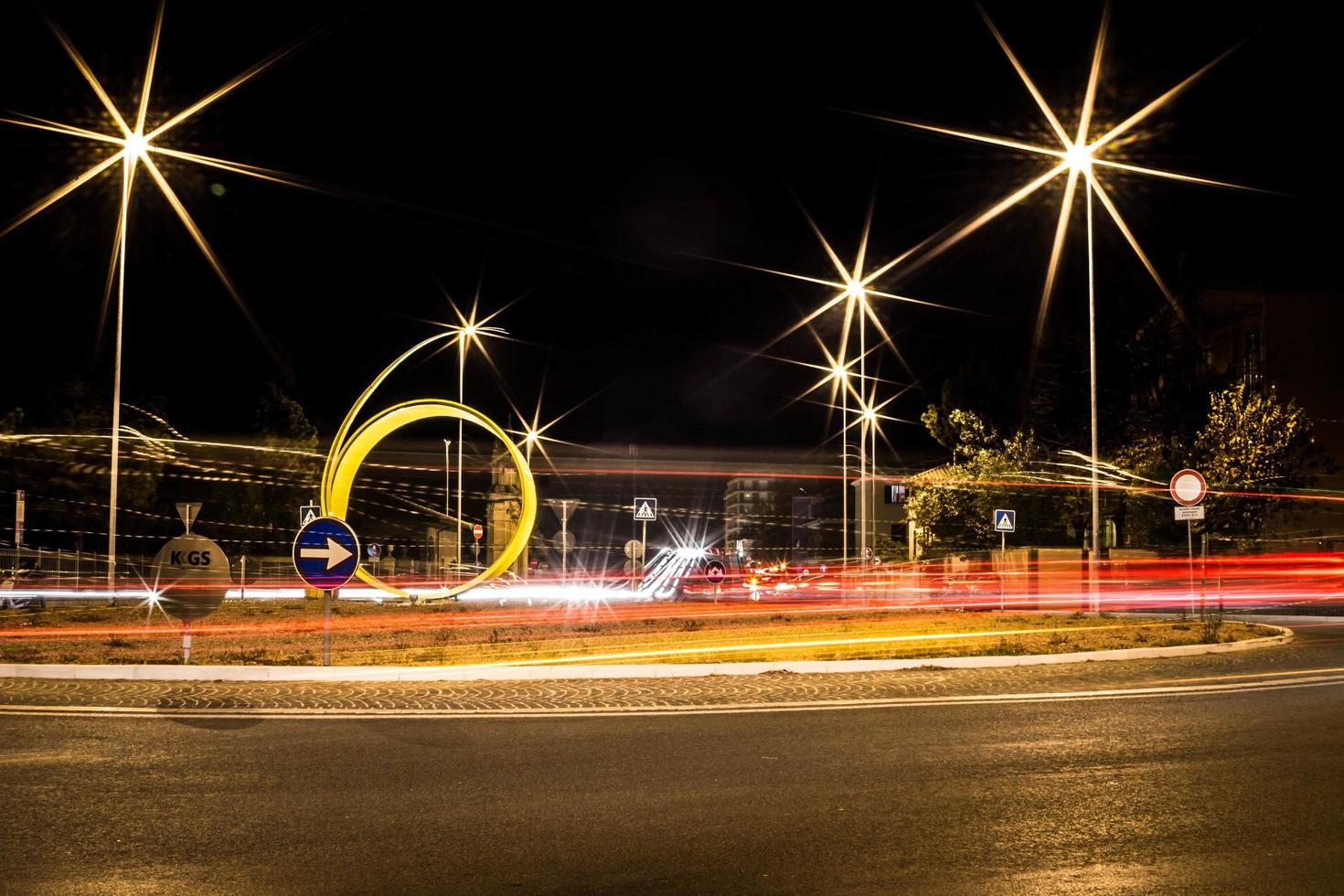 Fotografía de larga exposición de la carretera durante la noche. foto
