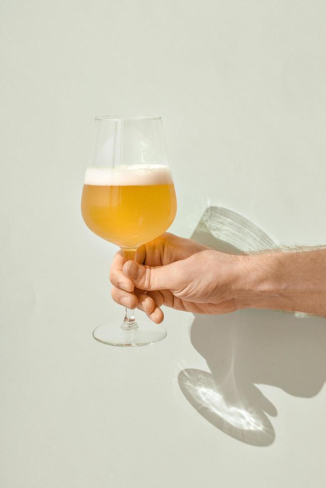 mano sosteniendo un vaso de cerveza foto