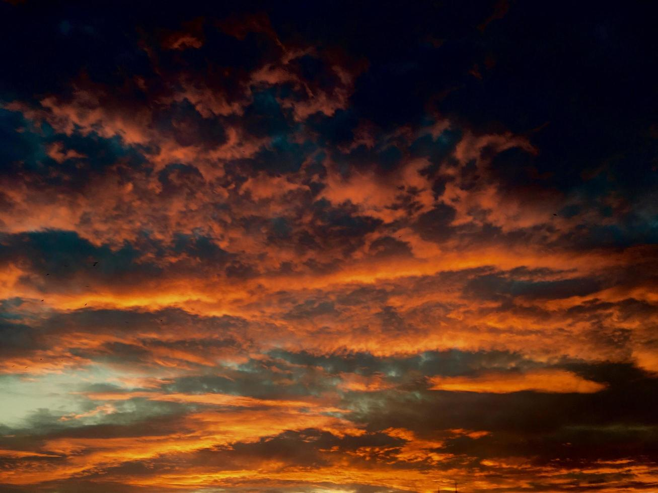 nubes anaranjadas durante la hora dorada foto