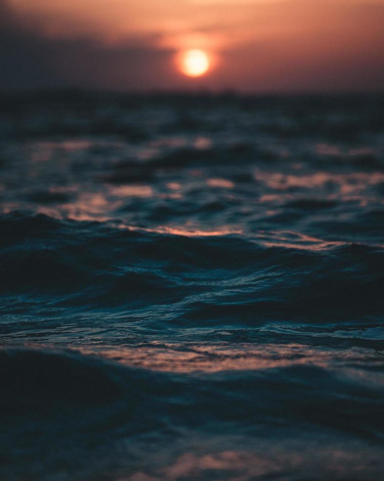 primer plano de las olas al atardecer foto