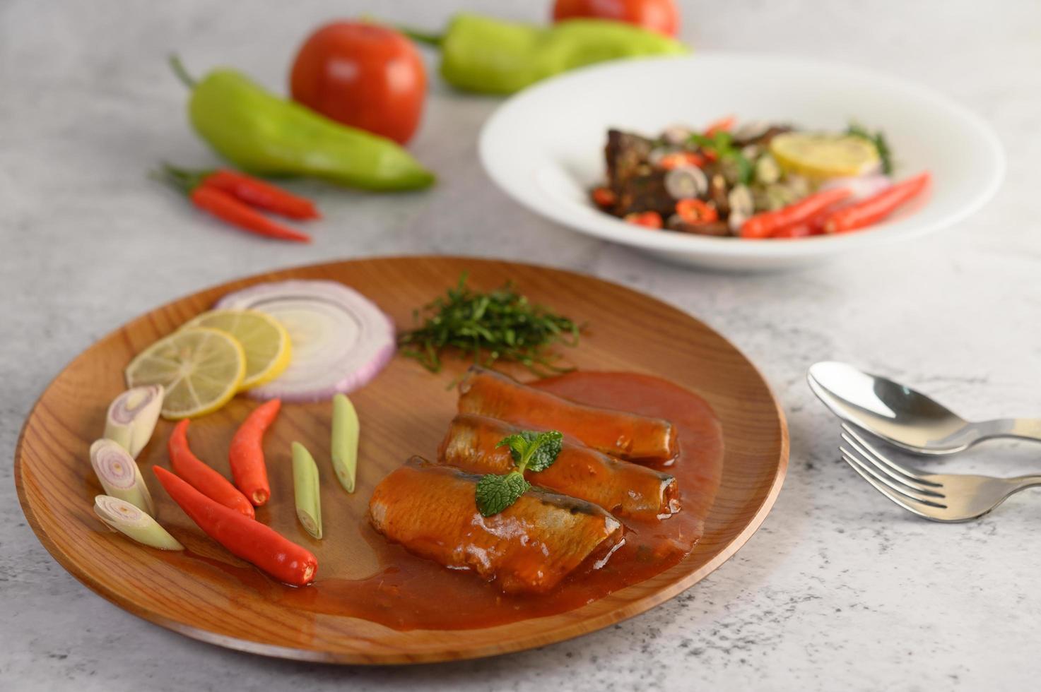 plato de sardina picante con aperitivos foto