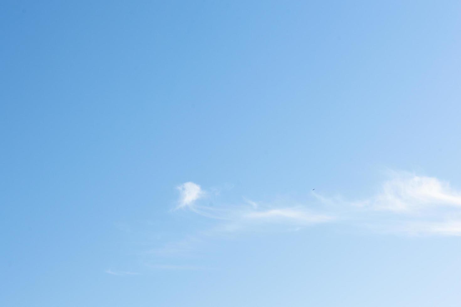 cielo con nubes blancas foto