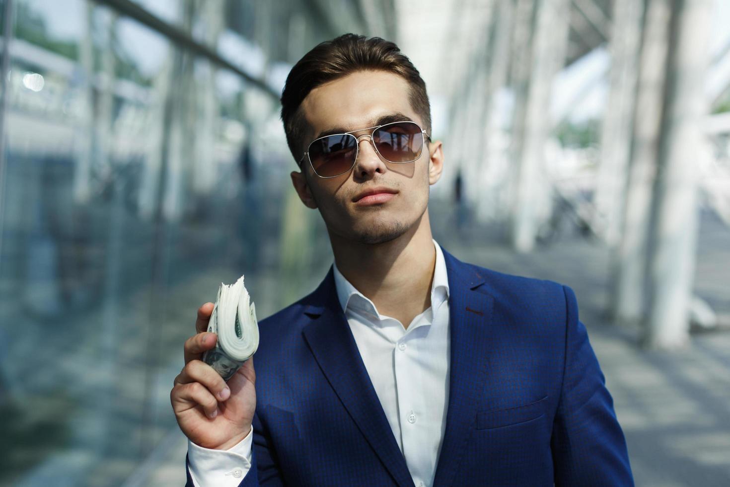 hombre sosteniendo un paquete de efectivo foto