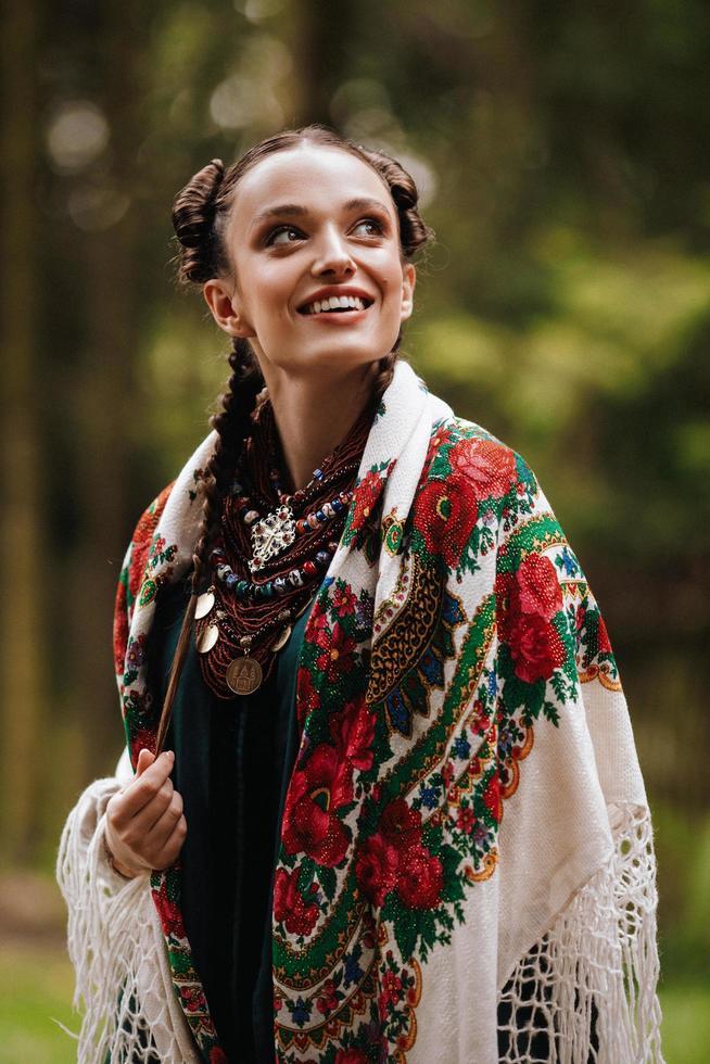 niña feliz en ropa tradicional ucraniana foto