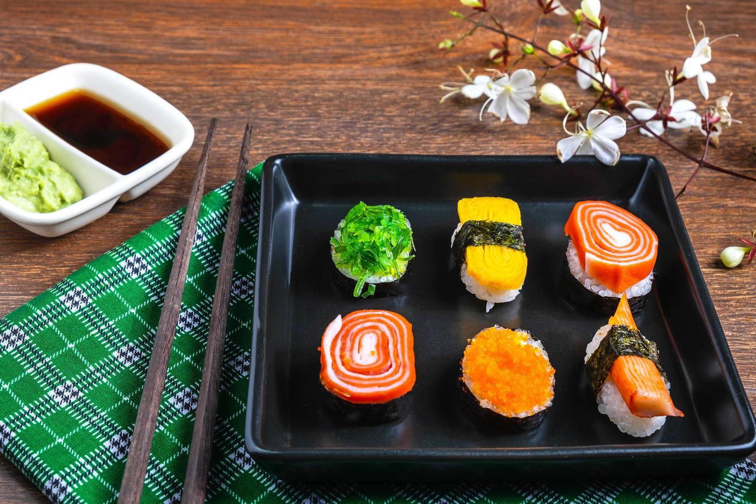plato de sushi con salsa para mojar foto
