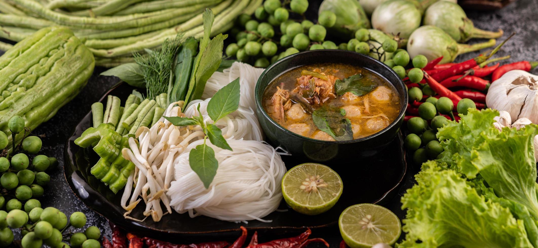 fideos de arroz con chiles, melón, lentejas y limón foto