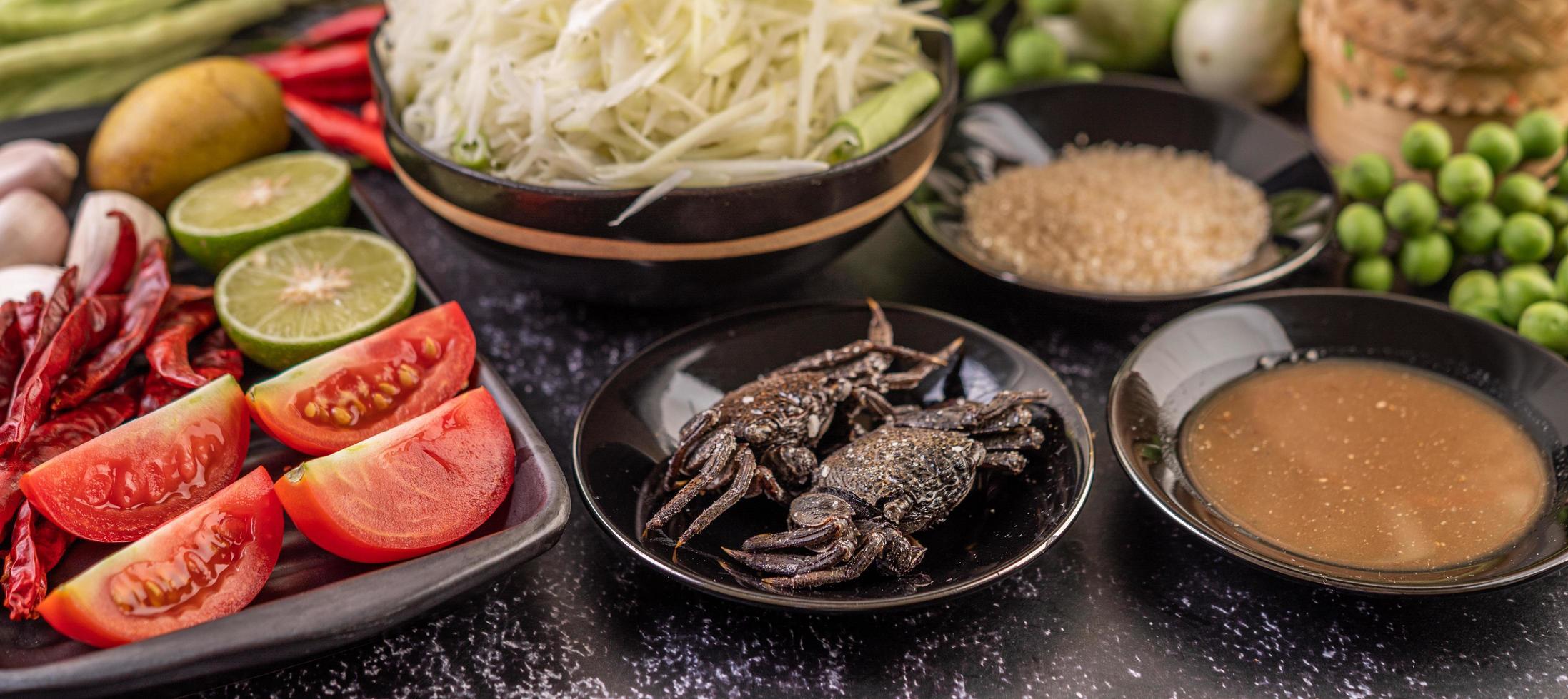 Ingredientes de ensalada de papaya con pescado fermentado foto