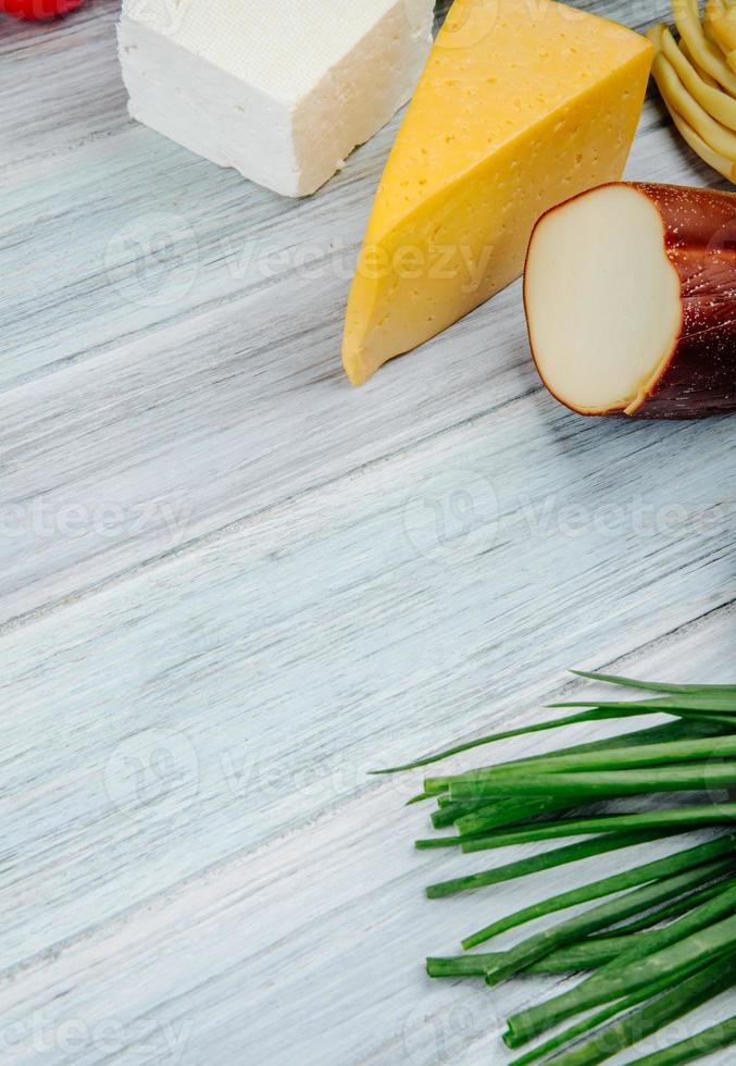 aperitivos en una mesa de madera gris foto
