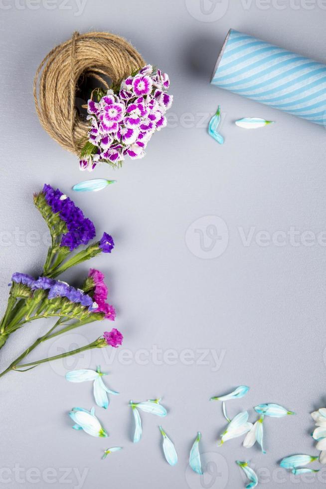 vista superior de flores y artículos de artesanía. foto