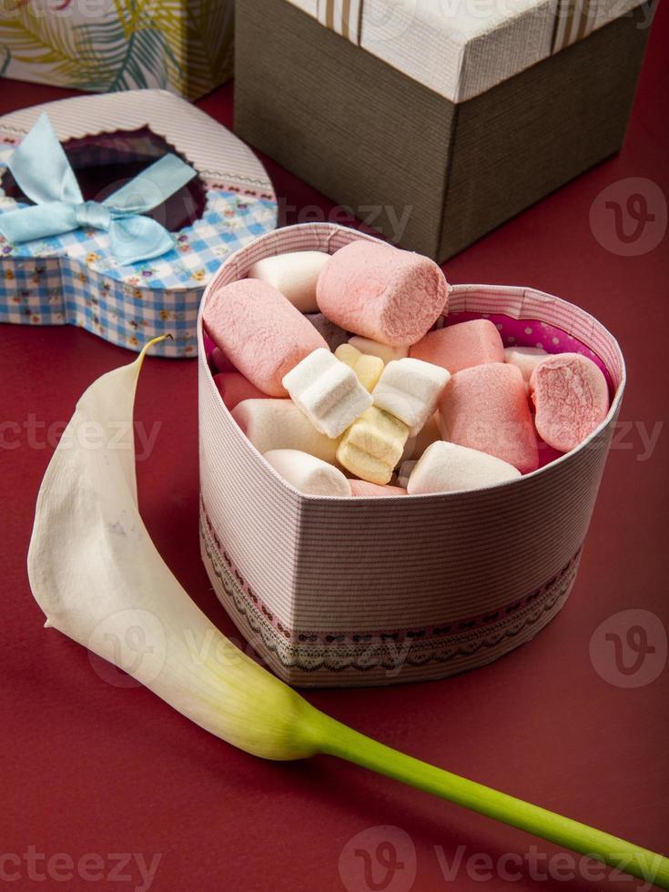 dulces de san valentin y una flor foto